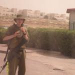 Soldato all'ingresso della colonia